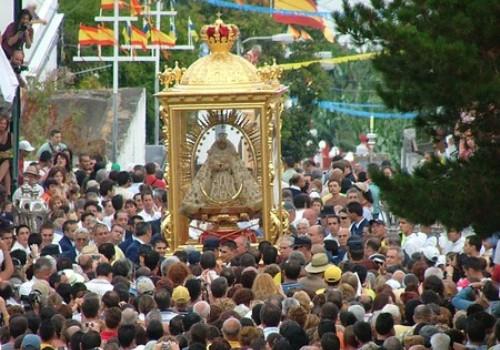 Bajada de la Virgen en La Palma, bailan los enanos